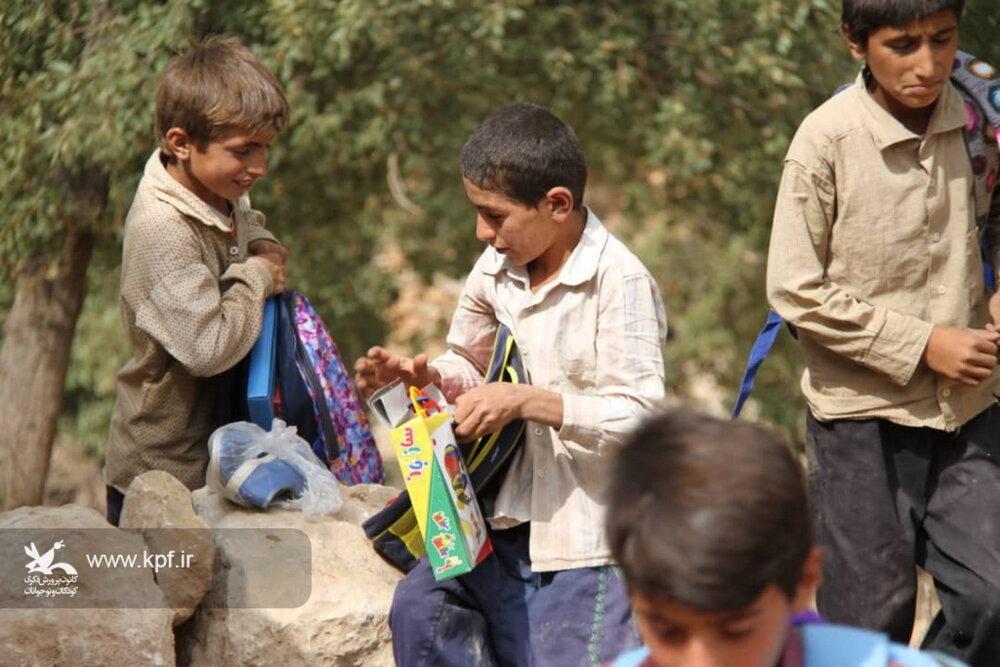 شادی هدیه کانون به کودکان مناطق محروم روستایی بخش سوسن