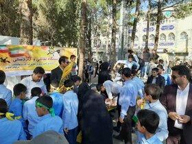 استقبال کودکان از ایستگاه «نقاشی وکاردستی» کانون خراسان جنوبی در راهپیمایی ۱۳ آبان