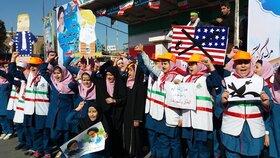 غرفههای فرهنگی هنری کانون در مسیر راهپیمایی روز ۱۳ آبان شهرهای استان آذربایجان شرقی