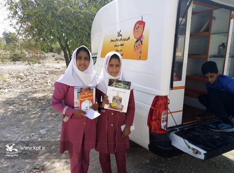 آشنایی اعضای کتابخانه سیار روستایی فین با مهارت خواندن