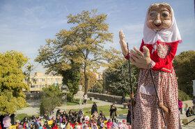 مراسم شادپیمایی و رونمایی از عروسک غولپیکر «آجی» در هفته کتاب و کتابخوانی برگزار شد