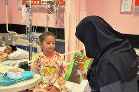 اهدای کتاب به کودکان ونوجوانان بستری در بیمارستان
