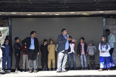 فرماندار نیمروز مهمان بچهها در نخستین روز حضور تماشاخانهی سیار کانون در سیستان و بلوچستان بود