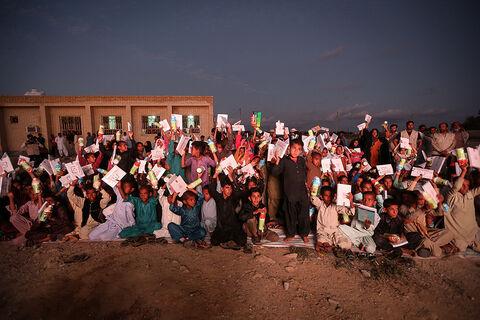 اهدای کتاب و نوشتافزار به کودکان سیلزده استان سیستان و بلوچستان