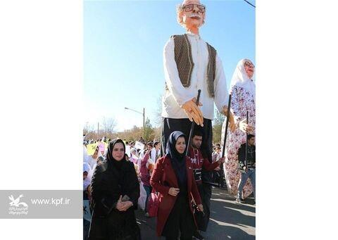 شادپیمایی عروسکها در جشنواره هنرهای نمایشی یزد در اولین روز از دههی مبارک فجر/ بهمن ۹۸
