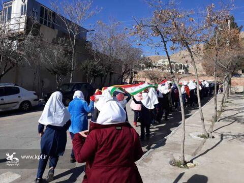 حمل پرچم ۴۱متری و رژه توسط دختران مدرسه زینبیه شهرستان مهدیشهر