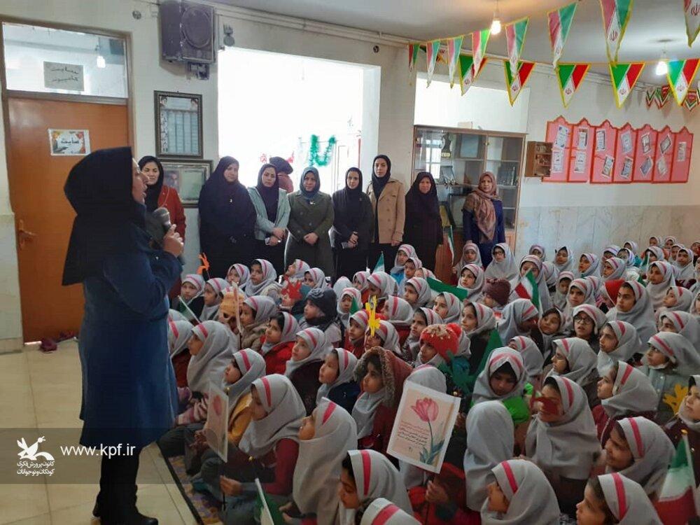 پیک امید کانون پرورش فکری با حضور در مناطق محروم شهرستان نجف آباد ویژه برنامه هایی را به مناسبت دهه فجر اجرا کردند