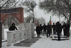 ادای احترام به مقام شهدا در بهار انقلاب توسط کارکنان کانون اردبیل