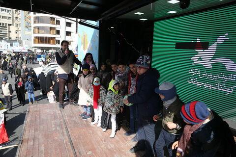 اجرای فعالیتهای فرهنگی هنری در مسیر راهپیمایی 22 بهمن