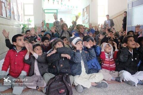 امداد فرهنگی کانون به کودکان دارای نیازهای ویژه در حاشیه شهر زاهدان