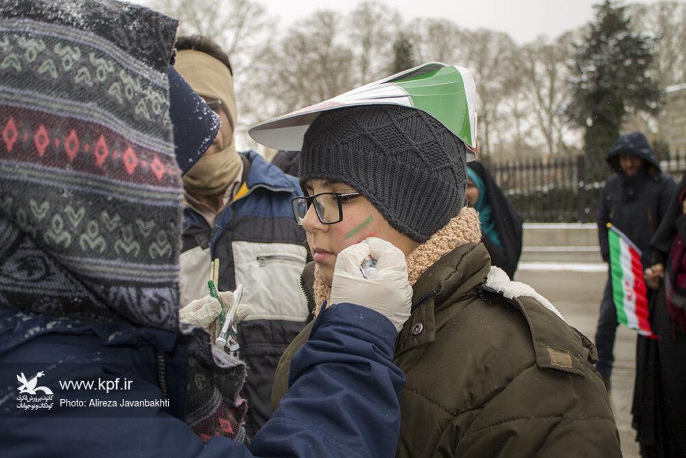کودکان و نوجوانان همدان در طلیعهی چهلویکمین بهار آزادی جهت پاسداری از انقلاب، با امام و شهدا پیمان بستند