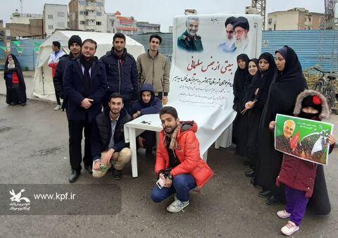 برپایی ایستگاه فرهنگیهنری و حماسهآفرینی اعضای کودک و نوجوان کانون گلستان در راهپیمایی 22 بهمن