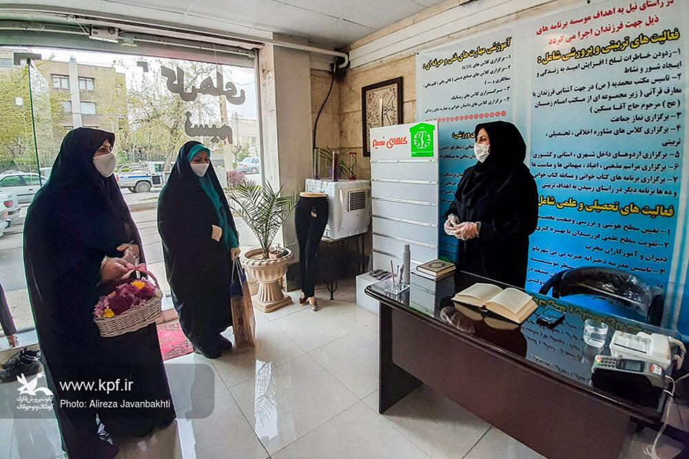 مدیرکل کانون استان همدان در آستانه عید نیمه شعبان شادی را بین کودکان بیسرپرست تقسیم کرد