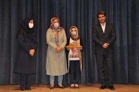 تجلیل از شیدا سقایی عضو برگزیده چهارمین جام باشگاههای کتابخوانی استان البرز