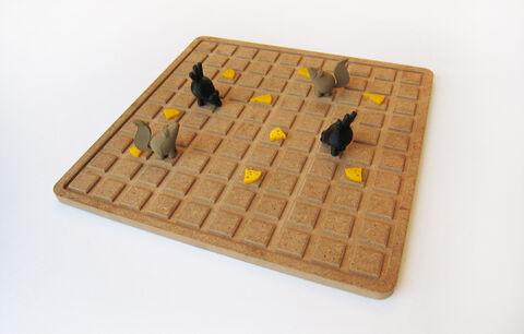 رونمایی از بازیهای مهره و صفحه «روباه و زاغ» با اقتباس از دیوار اشعار حبیب یغمایی
