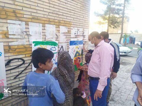کودکان کار میزبان کتابخانهی سیار کانون در حاشیهی شهر زاهدان
