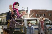 گللاره با شعرخوانی، کودکان و نوجوانان صالحآبادی را به زدن ماسک تشویق کرد