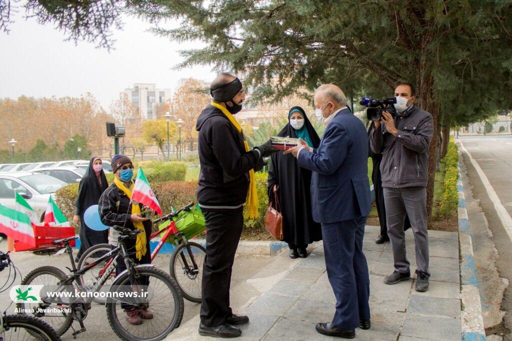 حضور کاروان شادی کتابخوانی کانون در استانداری همدان