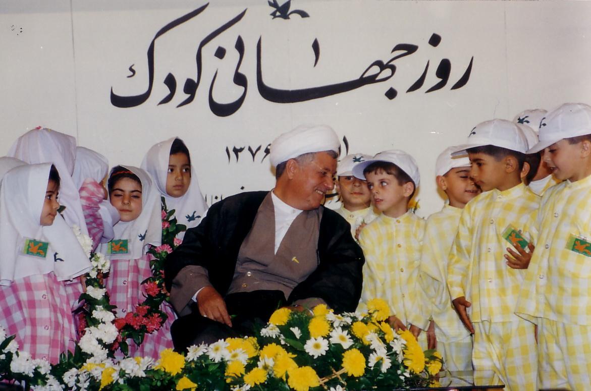 آيتالله هاشمي رفسنجاني به کودکان و نوجوانان توجه داشت