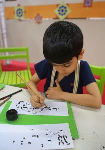 نوجوانان آیات قرآنی را خوشنویسی میکنند