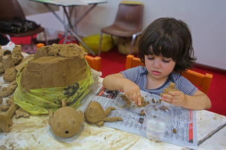کودکان با شنیدن داستانهای قرآنی، فعالیت سفال انجام میدهند