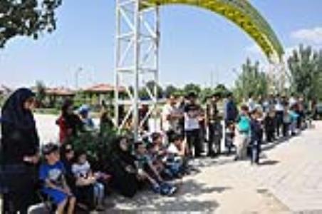 اجرای نمایش «مترسک خودت باش» بر روی تریلی سیار کانون در استان اردبیل