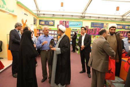 بازدید نمایندگان مجلس از غرفهی کانون در نمایشگاه کتاب